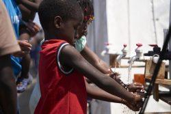 パナマ・La Peñitaの移民シェルターで、ユニセフとパートナー団体が設置した給水システムを使い、手を洗う子どもたち。 (2020年2月7日撮影)