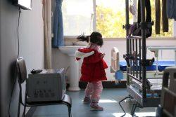 両親と祖父母が新型コロナウイルス感染で入院し、ひとり家に取り残された中国の女の子。病院のスタッフとボランティアが彼女の面倒を見ている。 (2020年2月17日撮影)