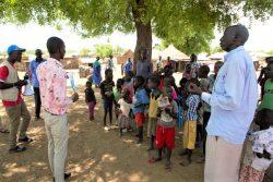 南スーダンで地域住民に新型コロナウイルスについて周知する様子。(2020年4月2日撮影)