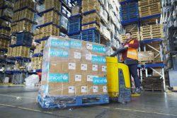 ベイルートにあるユニセフの倉庫で、最前線に立つ医療従事者へ届ける個人用防護具(PPE)を準備する様子。(2020年4月3日撮影)