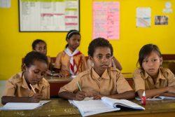 小学校で授業を受けるインドネシアの子どもたち。(2020年2月14日撮影)