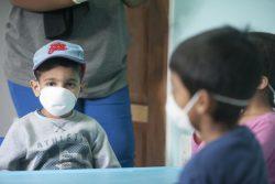 南アフリカ共和国・ヨハネスブルクの幼稚園で、COVID-19の予防のためマスクを着用する子どもたち。(2020年3月17日撮影)