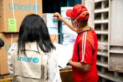 カラカスの病院に到着した医療物資を確認する様子。(2020年4月2日撮影)