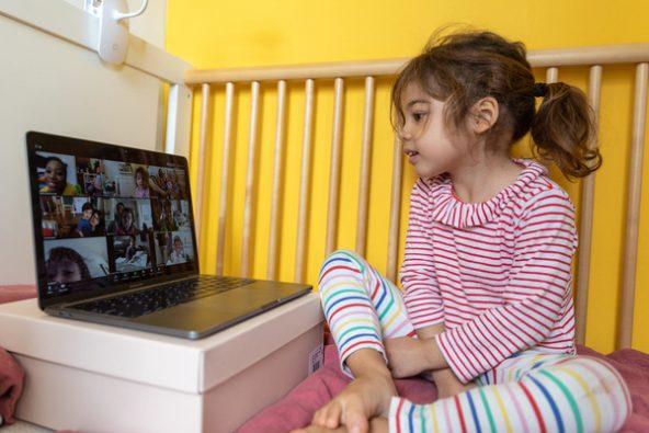 自宅で保育園の友達とテレビ電話をする4歳のマルゴットちゃん。(米国、2020年3月30日撮影)