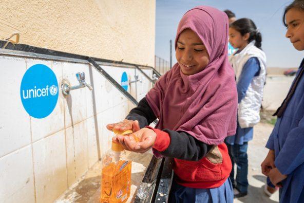 小学校で正しい手洗いの方法を学び、実践する女の子。(ヨルダン、2020年3月10日撮影)