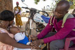 ユニセフの予防接種キャンペーンで、はしかとポリオの予防接種を受ける赤ちゃん。(ギニアビサウ、2020年1月18日撮影)