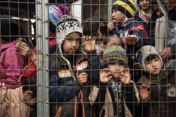 レスボス島のモリアにある難民・移民受入・身元確認センターで、フルーツジュースをもらうため、列に並ぶ子どもたち。(2020年3月8日撮影)