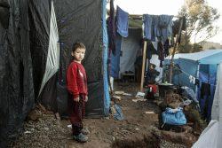 サモス島のバチにある難民・移民受入・身元確認センターの前に立つ男の子。(2020年3月6日撮影)