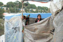 レスボス島のモリアにある難民・移民受入・身元確認センターの中から外を見る女の子。(2020年3月7日撮影)