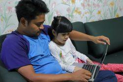 ジャカルタの自宅で父親と一緒に勉強する6歳のキミ-ちゃん。(インドネシア、2020年4月1日撮影)