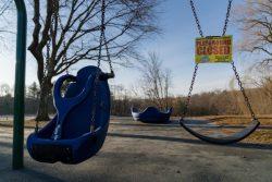 臨時休校を受けて閉鎖されたリッジフィールドの小学校の校庭。(米国、2020年3月18日撮影)
