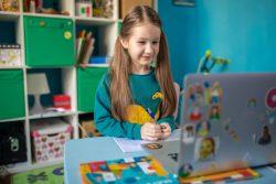 キエフの自宅でオンライン授業の課題に取り組む7歳のズラータさん。(ウクライナ、2020年4月15日撮影)