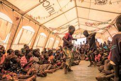 ユニセフが設置した子どもに優しい空間のテントの中で、ダンスを楽しむ子どもたち。(ブルキナファソ、2019年12月撮影)