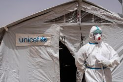 ユニセフの支援でニアメに設置された治療用テントと、COVID-19の最前線で闘う保健員。(ニジェール、2020年4月17日撮影)