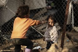 レスボス島モリアにある難民・移民受入・身元確認センターで遊ぶ子どもたち。(ギリシャ、2020年3月7日撮影)