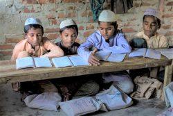 コックスバザールのバルカリ難民キャンプにある宗教学校で、授業を受ける子どもたち。(バングラデシュ、2019年12月撮影)