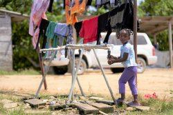 ダリエン県La Peñitaの移民シェルターで、ユニセフとパートナー団体が設置した給水システムを使い、手を洗う女の子。(パナマ、2020年2月7日撮影)