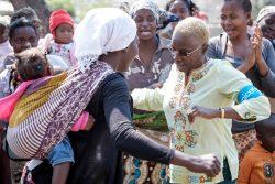 母親たちに栄養教育を行うための集会の中で、赤ちゃんを背負ったお母さんと一緒に踊るアンジェリーク・キジョー大使。(モザンビーク、2014年4月撮影)