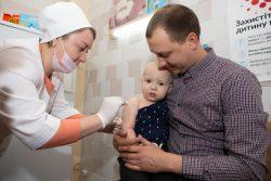 キエフ中心部にある総合病院で、はしか、おたふく風邪、風疹の混合ワクチンを受ける1歳のデイビットちゃん。(ウクライナ、2019年4月撮影)