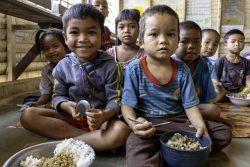 サラワン県・タオイ郡にある小学校で、給食の時間に栄養豊富な食事をとる子どもたち。(ラオス、2019年3月撮影)