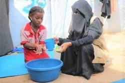 国内避難民キャンプで正しい手洗いの方法を教えてもらうエスラムさん。(2020年2月9日撮影)