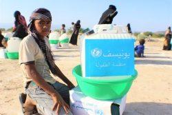 アビヤン県で石けんやバケツなどが入った衛生キットを受け取った子ども。(イエメン、2020年4月27日撮影)
