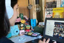米国・ニューヨークで自宅から遠隔授業に参加する取り組む16歳のジュリアさん。(2020年3月11日撮影)