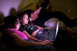 カナダ・モントリオールの自宅で映画を観る15歳のクロエさんと13歳のサシャさんと母親。(2020年4月13日撮影)