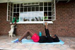 ジンバブエ・ハラレの自宅前でエクササイズをする15歳のタプフマ(Tapfuma)さん。(2020年4月19日撮影)