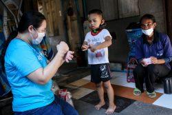 タイで各家庭に石けんと手指消毒液を配布するユニセフのスタッフ(2020年4月22日撮影)