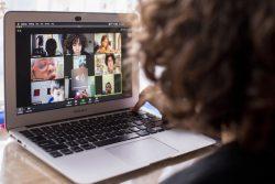 新型コロナの影響を受けて学校が休校になっているコスタリカで、初めてのオンライン授業を受けるテオくん(7歳) (2020年4月8日撮影)