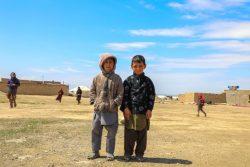 マザーリシャリーフのHazrat Bilal国内避難民キャンプの中に立つ子どもたち。(アフガニスタン、2020年4月15日撮影)