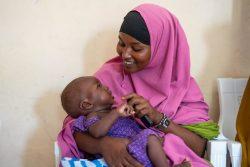 モガディシュにある妊産婦と子どもを対象とした保健クリニックで、娘と遊びながら健診を待つ母親。(ソマリア、2020年3月5日撮影)