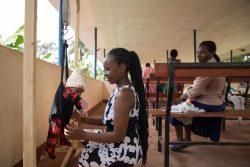 予防接種の前に生後2カ月半の息子の体重を測る母親。(ウガンダ、2020年4月28日撮影)