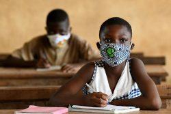 サン・ペドロの小学校でマスクをつけて授業を受ける子どもたち。(コートジボワール、2020年5月18日)