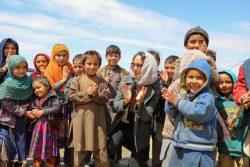 マザーリシャリーフのHazrat Bilal国内避難民キャンプに滞在する子どもたち。(アフガニスタン、2020年4月15日撮影)