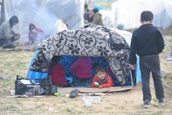 ギリシャに入国するため、パザルクレの国境に集まった難民・移民の子どもたち。(トルコ、2020年3月7日撮影)
