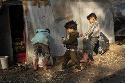 サモス島のバチにある難民・移民受入・身元確認センターで遊ぶ子どもたち。(ギリシャ、2020年3月6日撮影)