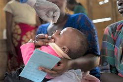 定期予防接種で経口ポリオワクチン(OPV)を投与される女の子。(2019年10月撮影)