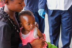 ユニセフが支援するキャンペーンで、はしかの予防接種を受ける生後7カ月のマリーちゃん。(2020年4月21日撮影)