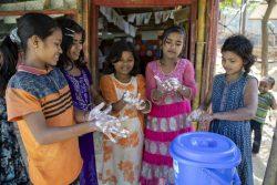 コックスバザールのクトゥパロン難民キャンプにあるユニセフが支援する学習センターで、石けんで手を洗うロヒンギャ難民の子どもたち。(2020年3月9日撮影)