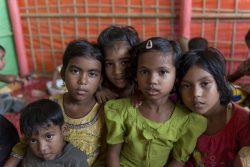コックスバザールのMoinarghona難民キャンプで、女性と女の子のための安全な空間で遊ぶロヒンギャ難民の子どもたち。(2019年4月撮影)