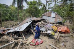 昨年の同時期にサイクロン「ファニ」の被害を受け、破壊された自宅を片付ける女性。(バングラデシュ、2019年5月撮影)