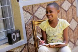 小学校が休校になり、毎日ラジオを通じて6年生の授業に取り組む11歳の女の子。(ルワンダ、2020年4月9日撮影)
