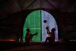 情勢が不安定な故郷を離れ、カヤの避難所で2つのテントに12人の兄妹と暮らす14歳のイブラヒムくん(左、仮名)。(ブルキナファソ、2019年12月撮影)