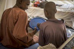 住んでいた村が襲われ、首や目に銃撃を受けて負傷したアマドゥくん。ユニセフは怪我をした子どもたちへの心理社会的支援などを提供している。 (マリ、2019年4月撮影)