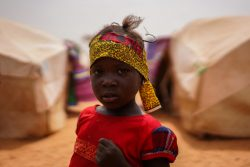 ニアメに滞在する移民の子ども。ユニセフはCOVID-19の危機に対応するニジェール政府を支援している。(ニジェール、2020年5月15日撮影)