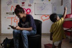 タパチュラにある同伴者のいない移民の女の子のための施設で、1歳の息子と人道ビザの発給を待つ17歳のマリアさん(仮名)。(メキシコ、2019年1月撮影)