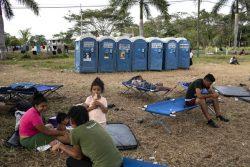 テクンウマンのメキシコ国境で人道ビザの発給を待つ移民の家族。(グアテマラ、2019年1月撮影)