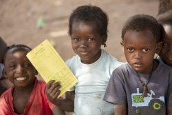 ユニセフが行うはしかとポリオの予防接種キャンペーンで、予防接種カードを持って順番を待つ子どもたち。(ギニアビサウ、2020年1月18日撮影)